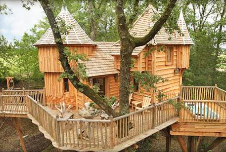 cabane perch e dans les arbres en dordogne avec jacuzzi maisons de charme pour les vacances. Black Bedroom Furniture Sets. Home Design Ideas